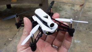 Dron-wyścigowy-Parrot-Mambo-gogle-VR-wielkość